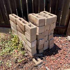 Lot # 75 - Concrete blocks