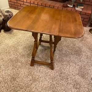 Lot # 220 - Vintage dropleaf table