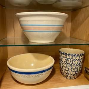 Lot # 256 - Roseville, & Homer Laughlin bowls