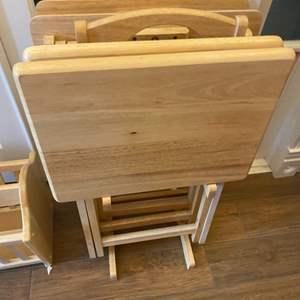 Lot # 274 - Set a four TV trays with magazine rack