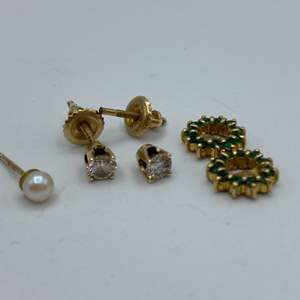 Lot # 10 - 14k Gold earrings and Emerald cuffs(2.3g)