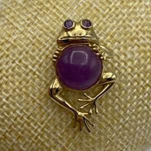 Lot # 14 - 10 karat gold and amethyst frog pin (3.6g total weight)