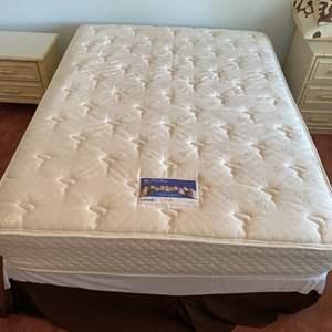 Lot # 199 - Serta Queen Mattress set with bedding