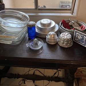 Lot # 152 - Assorted Bakeware and Juicer