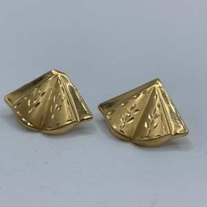 Lot # 127 - 14k gold earrings (.8g)