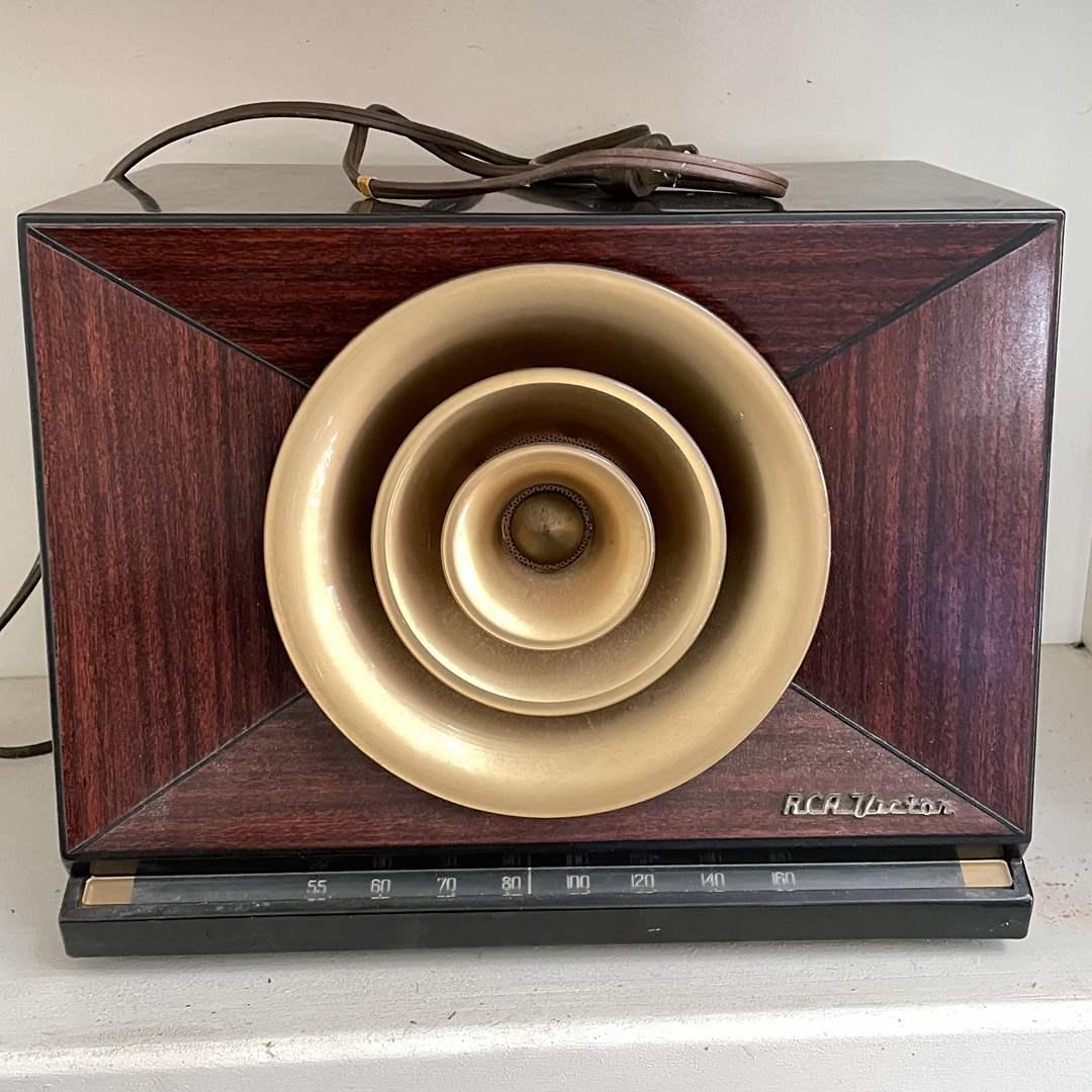 Lot # 2 - Vintage RCA Victor Radio (main image)
