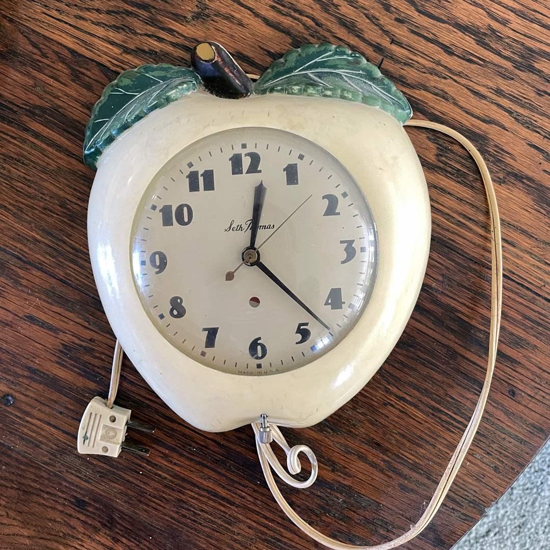 Lot # 62 - Vintage Seth Thomas Apple Clock (main image)