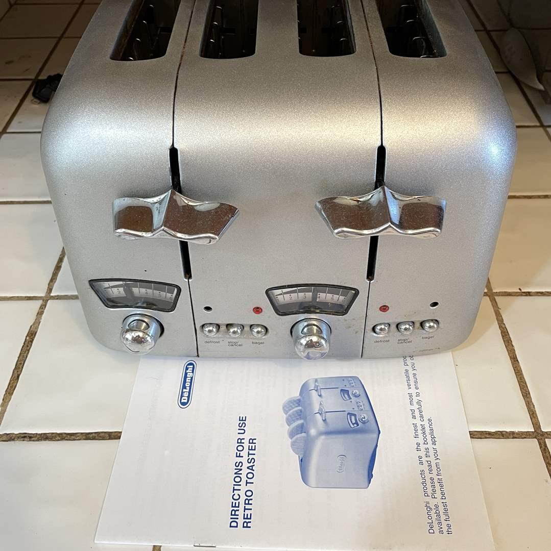Lot # 78 - Delonghi 4-Slice Silver Retro Toaster Wide Slots RT400 (main image)