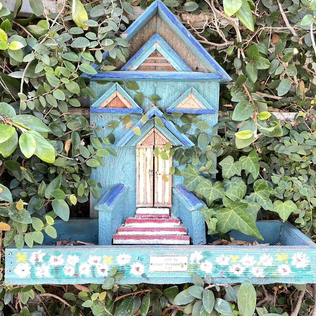 Lot # 158 - Bird Feeder, (2) Bird Baths, (2) Garden Art Spike (main image)