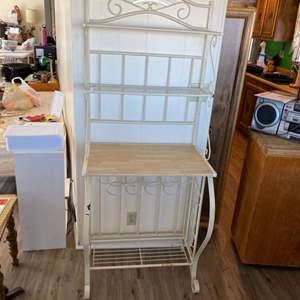 Lot # 127 - Bakers rack