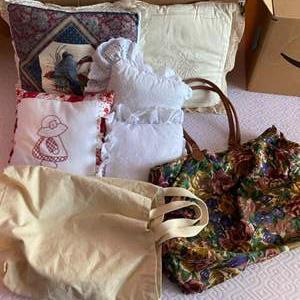 Lot # 170 - Pillows & bag