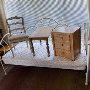 Lot # 190 - Small furniture pieces