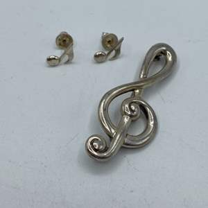 Lot # 23 - Sterling music note earrings and pin (9.1g)