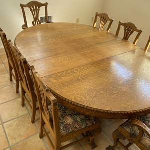 Lot # 39 - Beautiful dining room table with 8 chairs