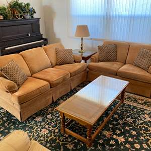 Lot # 88 - Flexsteel couch and matching love seat in very good condition