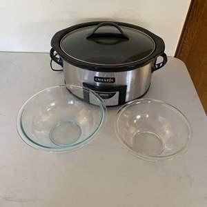 Lot # 235 - Pyrex stacking bowls and crockpot