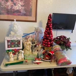 Lot # 34 - Christmas Decor (wall picture & tv not included)