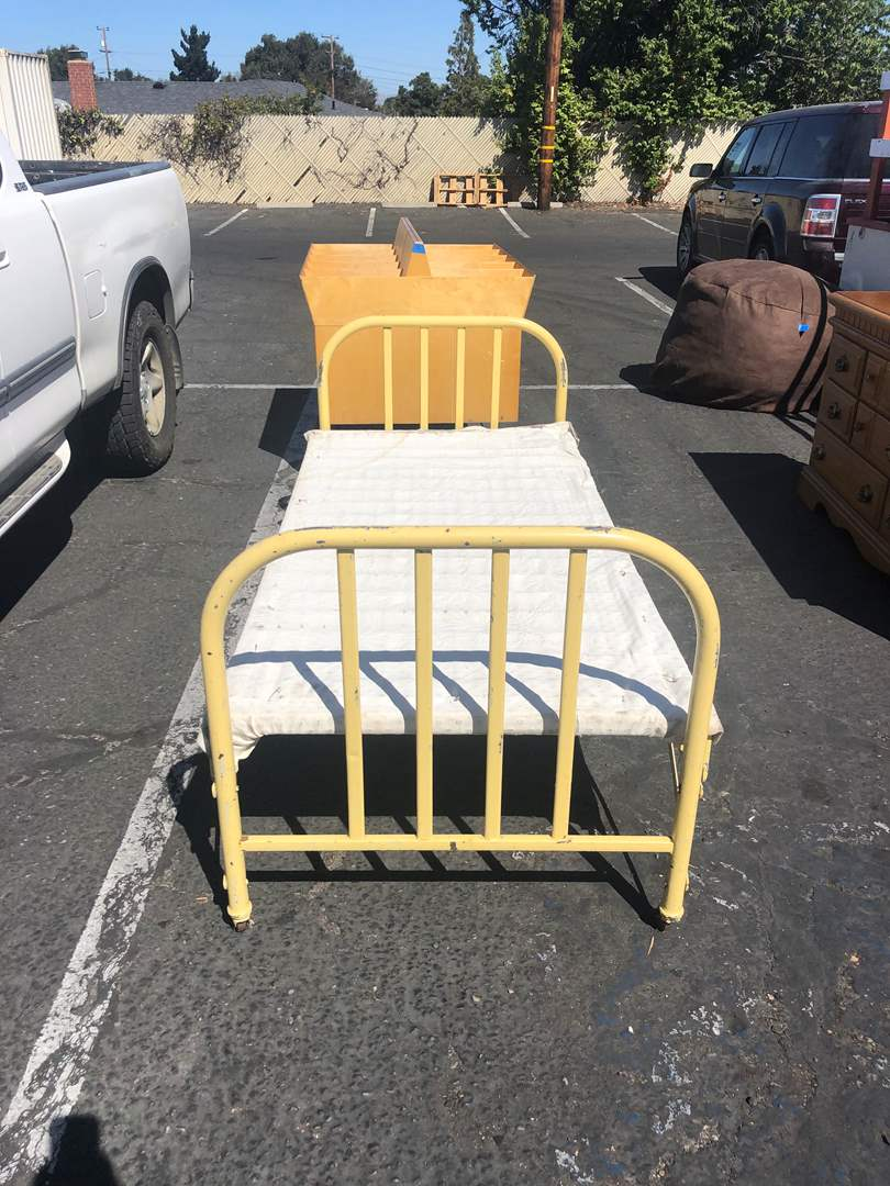 Lot # 7 - VINTAGE TWIN BED (main image)