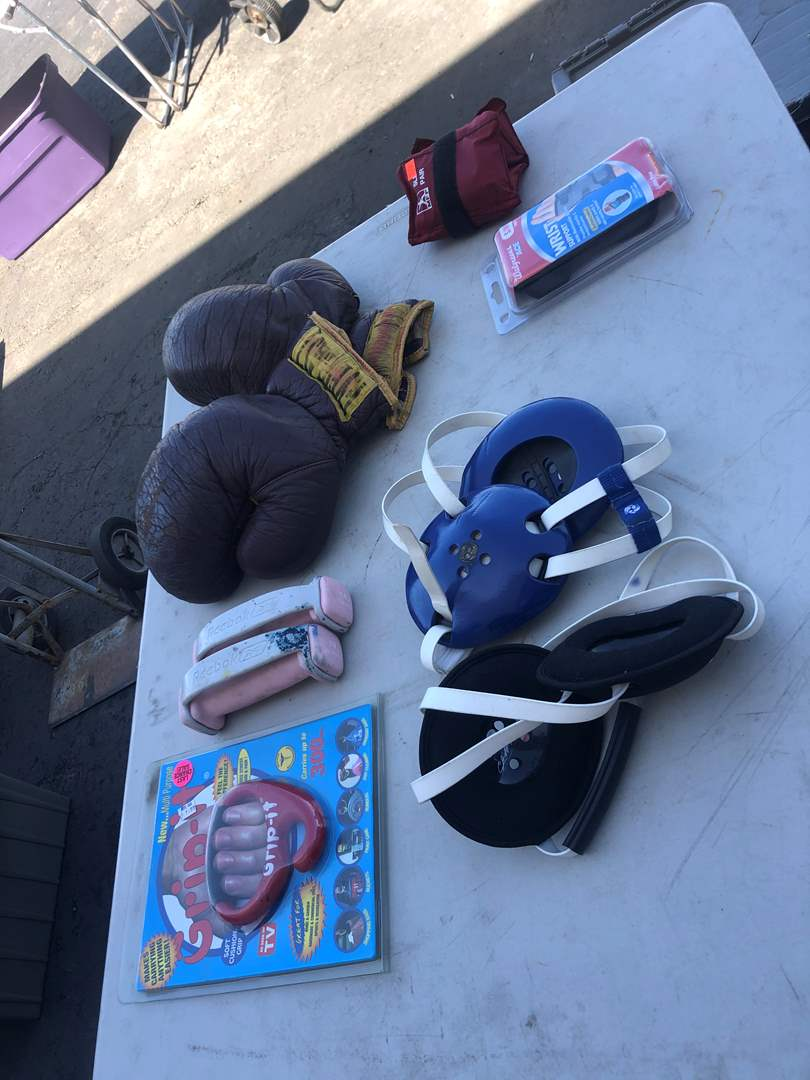 Lot # 94 - WORKOUT ITEMS / VINTAGE BOXING GLOVES (main image)