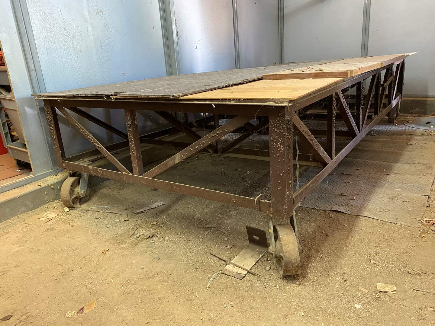 Lot # 69 - PORTABLE ROLLING OVERSIZED RISER / WORK TABLE (main image)