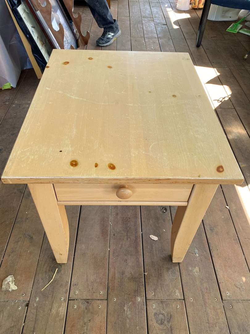 Lot # 193 - BROYHILL END TABLE (main image)