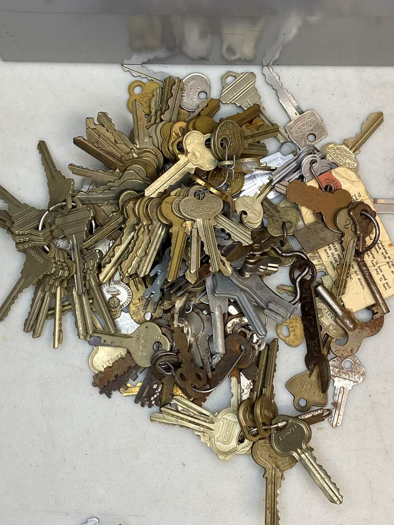 Lot # 12 - VINTAGE KEYS (main image)