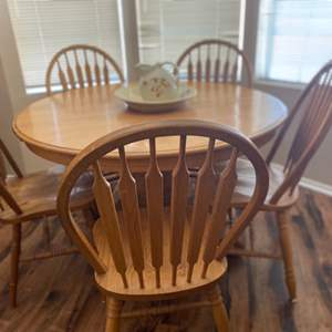 Lot#20- Round Kitchen Table with Chairs